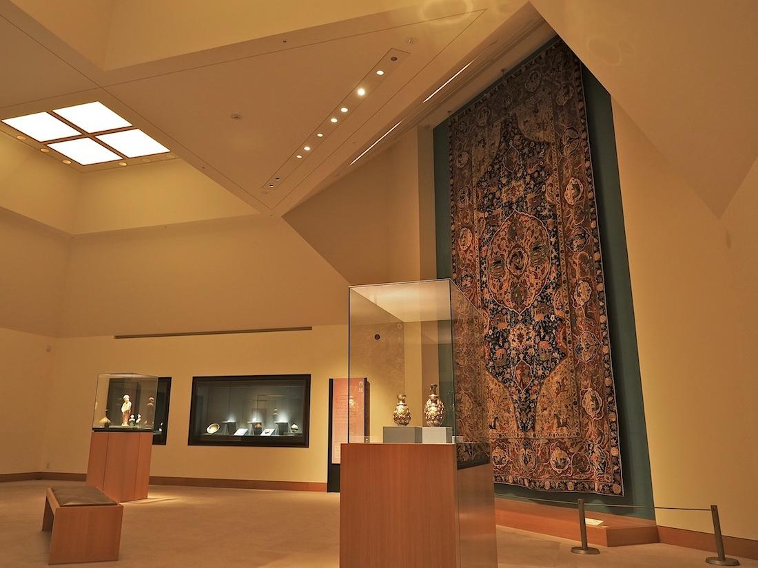 Tief im Berg. Für die vielen Objekte der ostasiatischen Sammlung hat I. M. Pei, wie er es nennt, eine Schmuckkasten-Lösung mit Vitrinen ersonnen. Der Raum ist mit dem Zukauf des sechs Meter langen Teppichs aus dem Persien des 16. Jahrhunderts in die Höhe gewachsen.