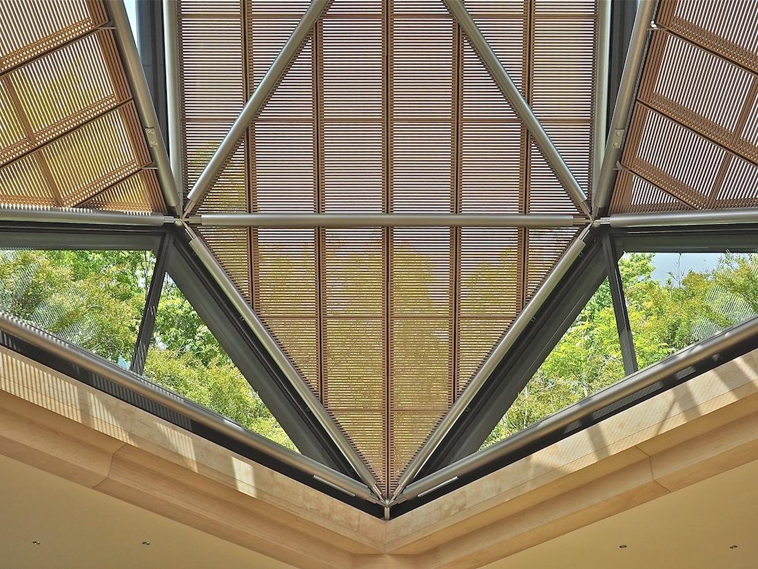 Konstruktive Raffinesse. An die 100 unterschiedlichen Verbindungen halten die Stahlrohre zusammen, von denen die ausgedehnte Dachlandschaft mit ihrer Fenstervielfalt getragen wird.
