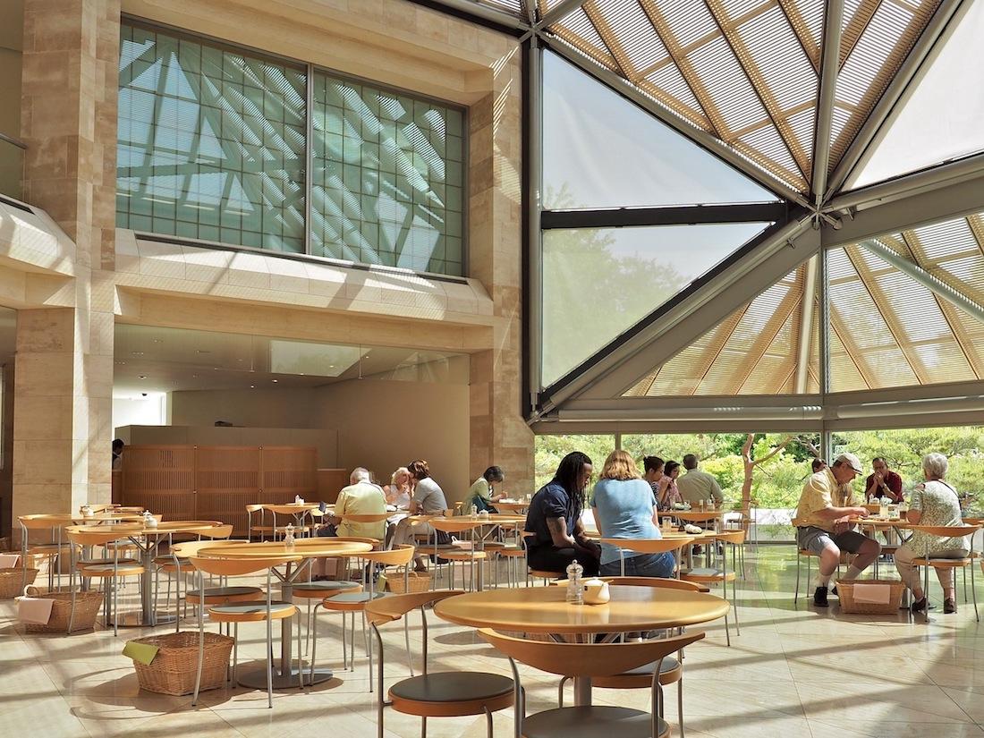 Offen zur Landschaft. Pine View heißt das große Lokal für den kleinen Appetit. Durch seine Panoramascheiben fällt der Blick auf altehrwürdige Kiefern, die der Architekt im Garten hat pflanzen lassen, und auf die Kiefernwälder im Naturschutzgebiet.