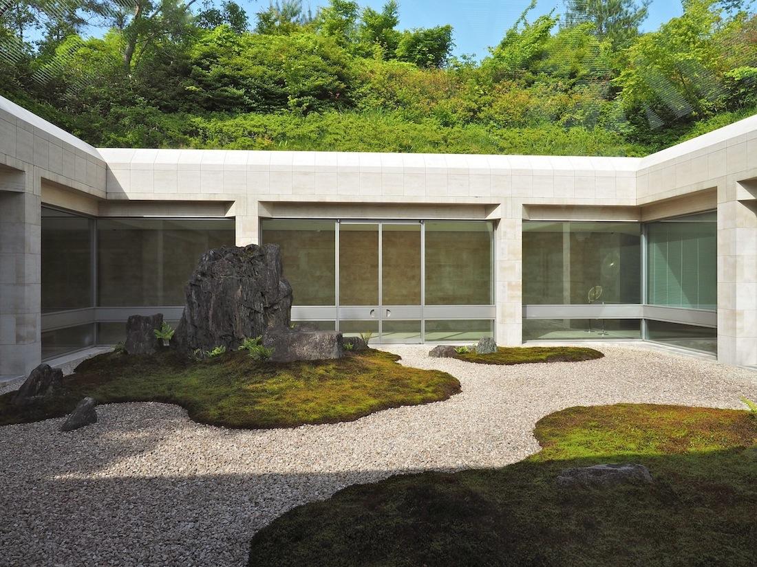 Spirituelles Zitat. Der Innenhof des Nordflügels bezieht sich mit seinen Felsen, Moospolstern und dem sorgsam geharkten Kies auf ein berühmtes Vorbild: den Garten des Ryoanjii Tempels in Kyoto.