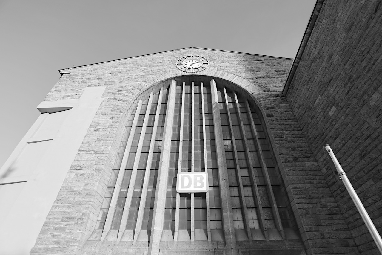 Stuttgart Hauptbahnhof. Stahlbeton-Kuben mit grober Muschelkalkfassade