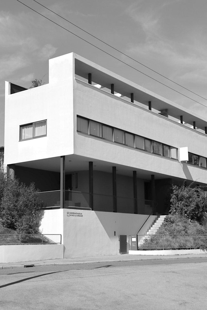 Weissenhofsiedlung. Die Wohnmaschine Le Corbusier und Pierre Jeanneret. In der einen Haushälfte ist eine Ausstellung zur Geschichte der gesamten Siedlung zu sehen, in der anderen Haushälfte kann das Haus Le Corbusiers im Zustand von 1927 besichtigt werden.