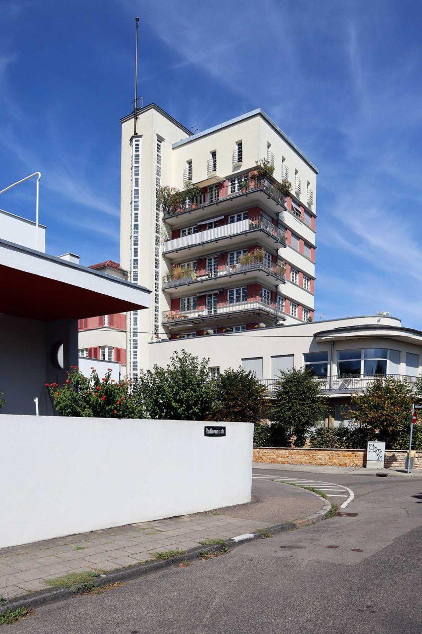 Weissenhofsiedlung. Gegenüber des Scharounhauses steht der Friedrich-Ebert-Wohnhof, der nicht mehr Teil der Weissenhofsiedlung ist.