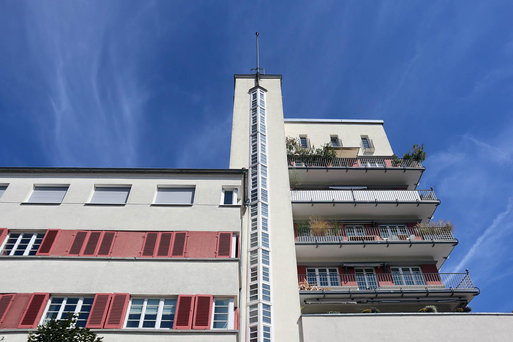 Weissenhofsiedlung. Der Architekt war Karl Beer, der mit dem Wohnhof das erste Wohnhochhaus von Stuttgart schuf. Fertigstellung 1927, Wiederaufbau nach Weltkriegsschäden 1952.