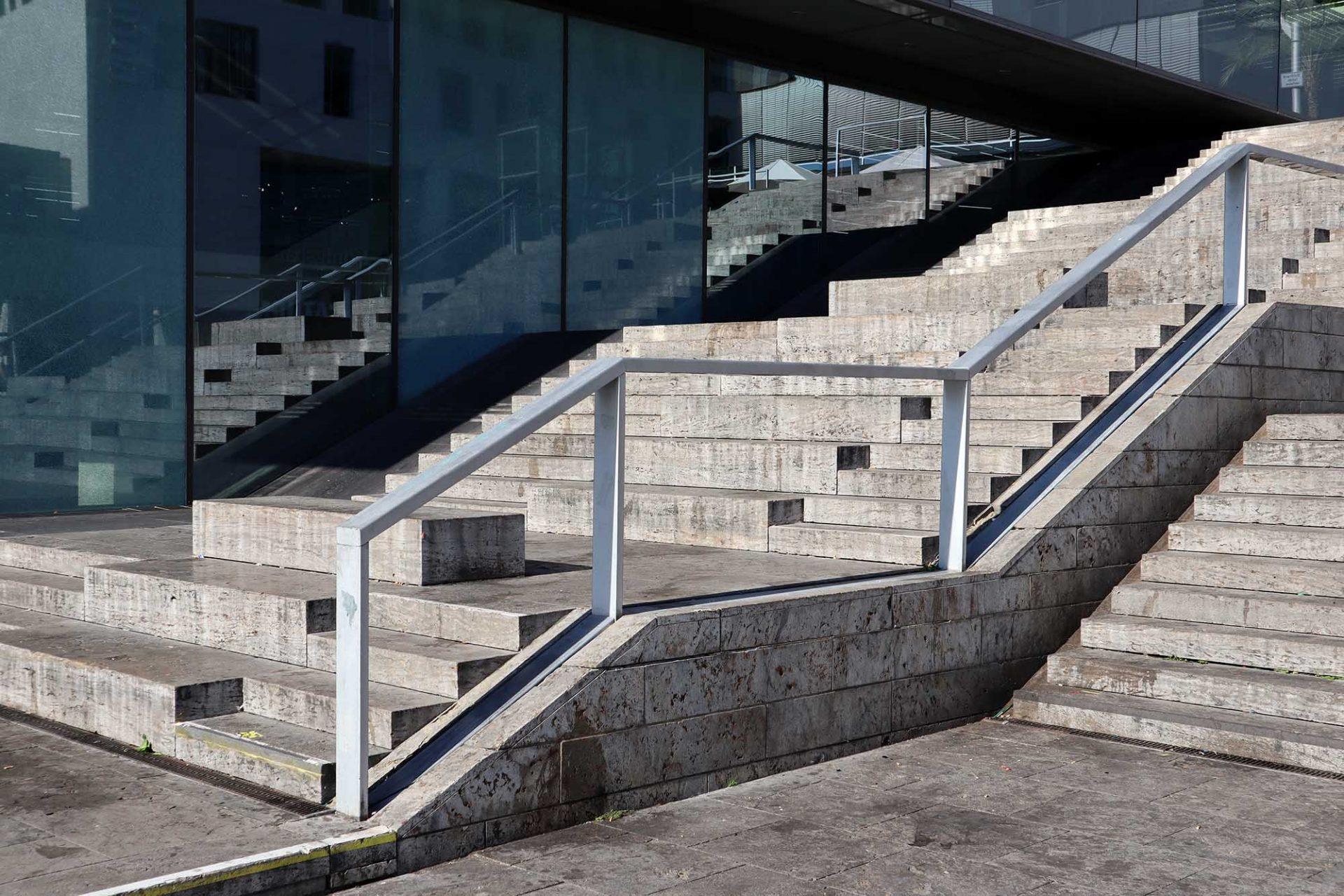 Kunstmuseum. Die breite Freitreppe außen ist fester Bestandteil des städtischen Zentrums.