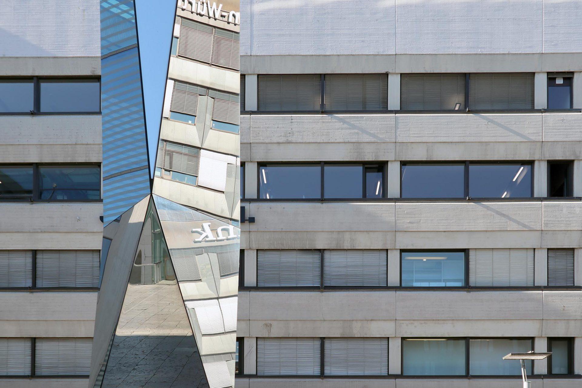 """Kunstmuseum. Plastik """"Polylit"""" von Carsten Nicolai von 2006 direkt am Kleinen Schlossplatz und dem Kunstmuseum."""