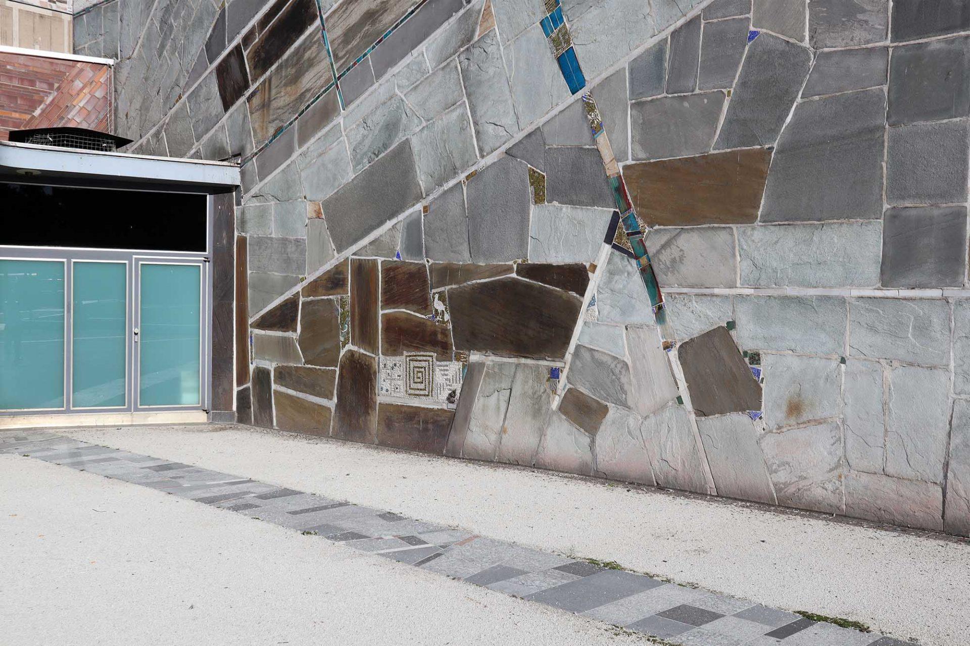 Liederhalle. ... einer Materialvielfalt, die von Quarzitsteinen, Marmor, Keramikplatten sowie ...