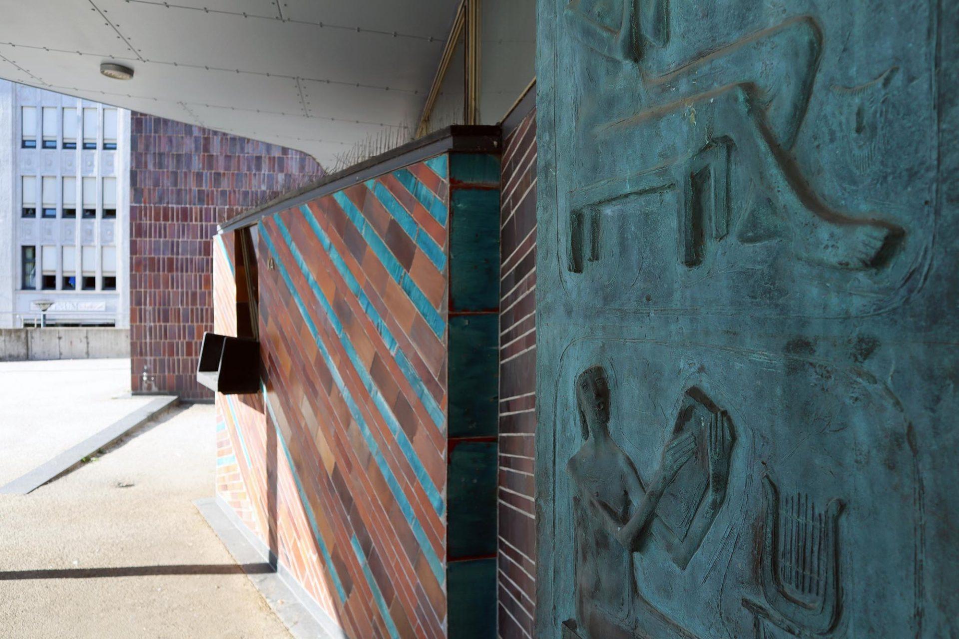 Liederhalle. ... Sichtbeton und Mosaikstreifen reicht.