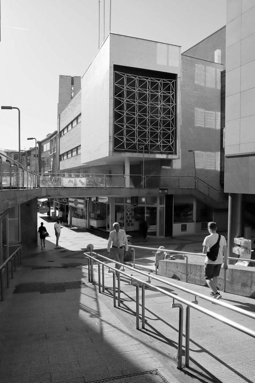Die Schulstraße. verbindet den Marktplatz mit der Königstraße und gilt als die erste reine Fußgängerzone Deutschlands. Nach Zerstörungen im Zweiten Weltkrieg begannen die Arbeiten für den Neubau 1950 und endeten 1958.
