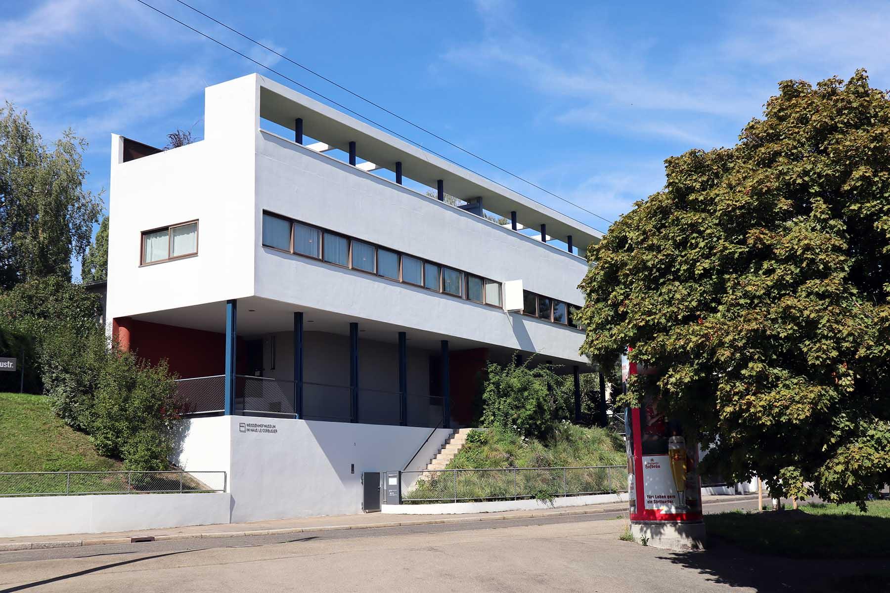"""Weissenhofmuseum im Haus Le Corbusier. Die in den 1920er-Jahren von Le Corbusier formulierten """"Fünf Punkte zu einer neuen Architektur"""" setzte dieser zusammen mit Pierre Jeanneret in dem Doppelhaus anschaulich um."""