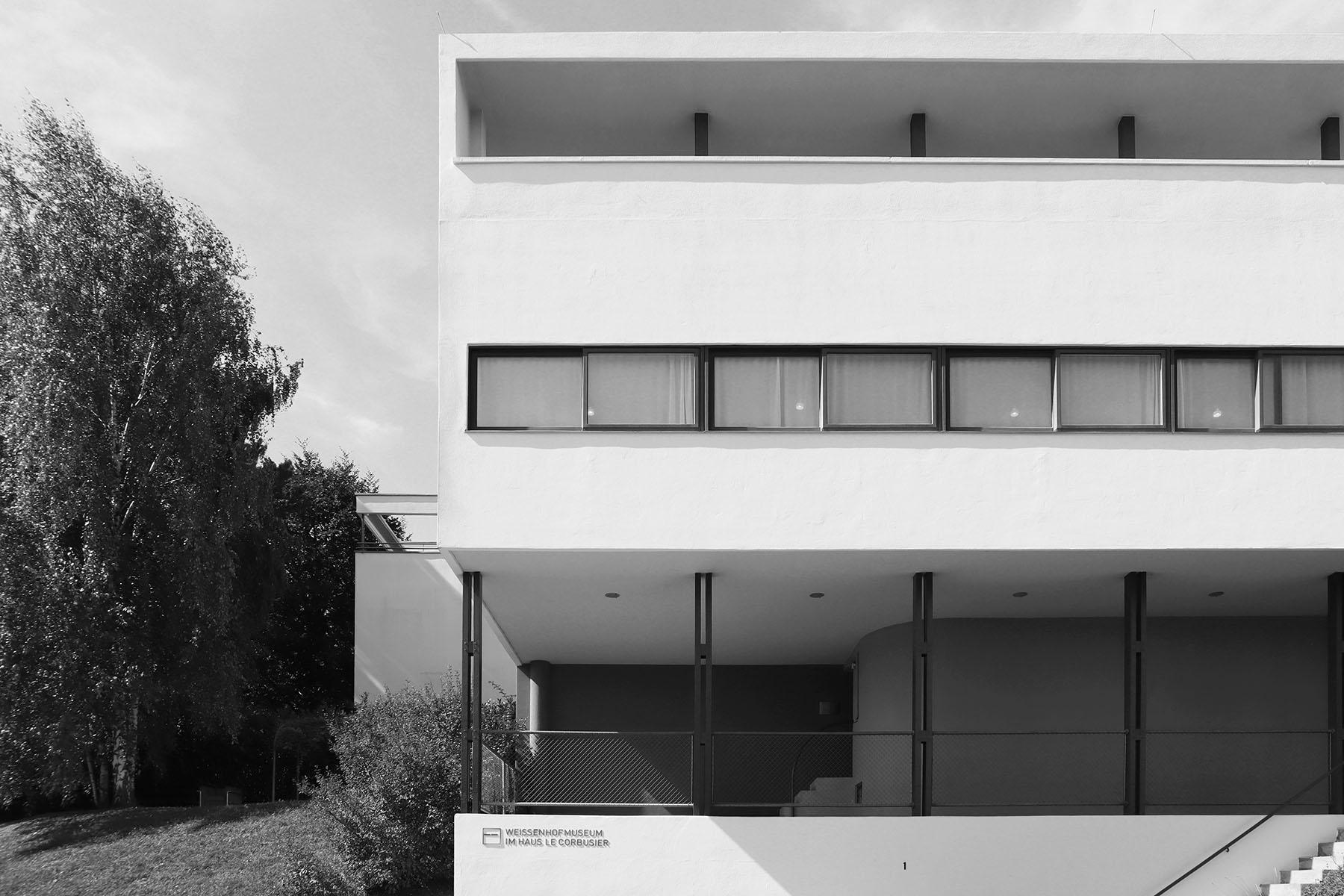 Weissenhofmuseum im Haus Le Corbusier. Das Haus, heute das Weissenhofmuseum, zeigt in der einen Haushälfte eine Ausstellung zur Geschichte der Siedlung, in der anderen Haushälfte sind die Wohnräume mit der ursprünglichen Farbigkeit und Möblierung im Zustand von 1927 zu sehen.