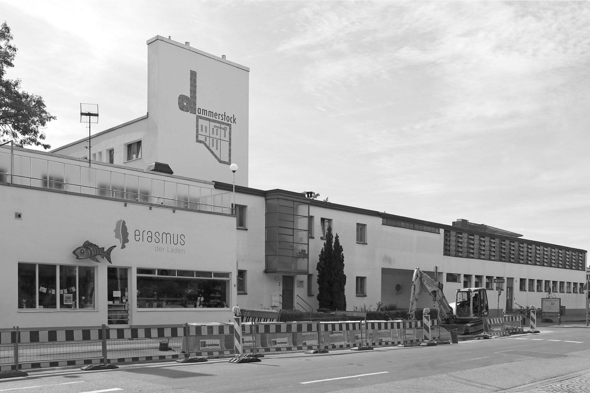 """Dammerstock-Siedlung. Das """"Zentralwaschhaus und Fernheizwerk"""" von Otto Haesler bildet zusammen mit ..."""