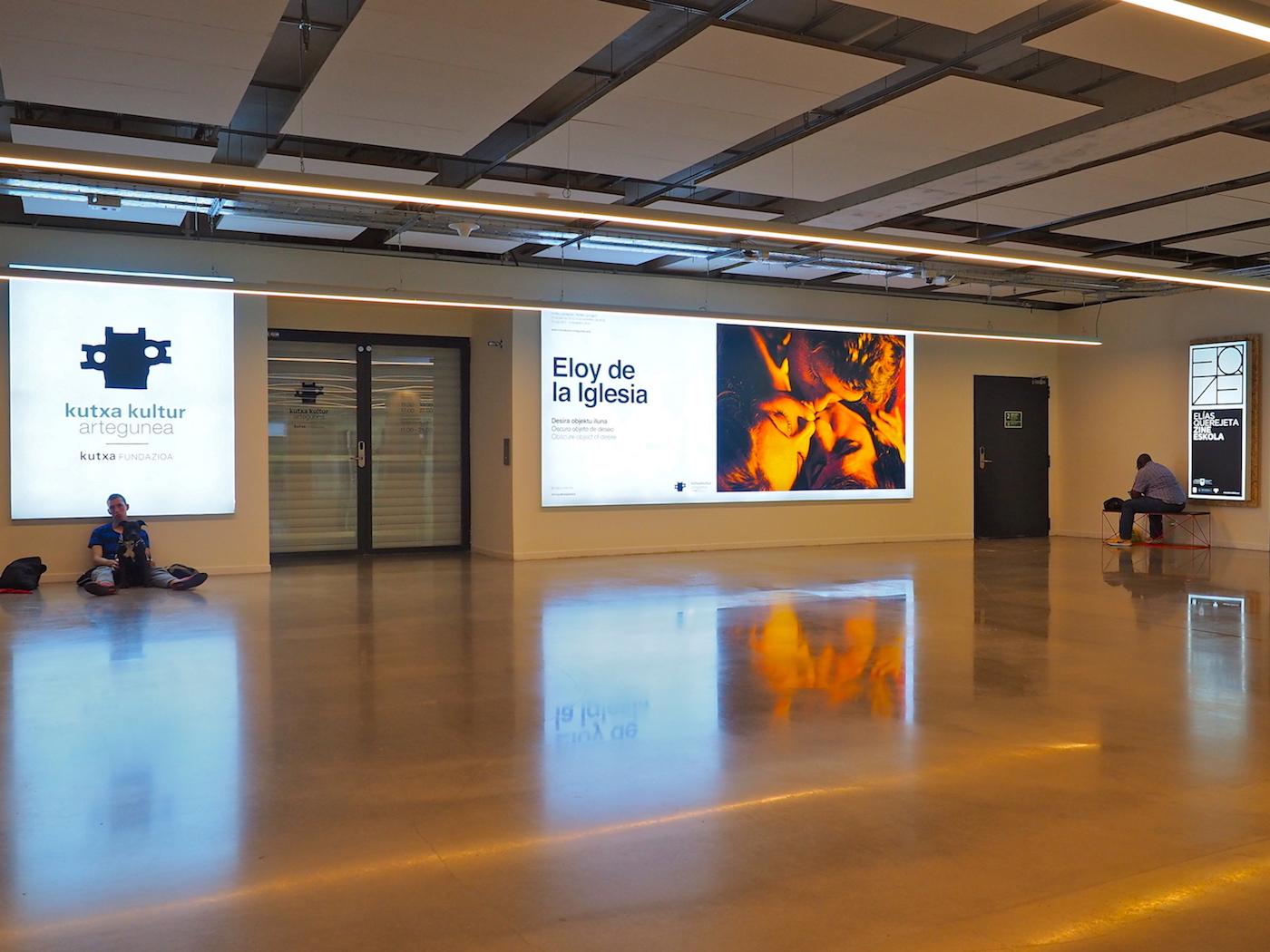 Offen für alle.. Mindestens zwölf Stunden am Tag ist das Gebäude zugänglich. Geduldet wird auch, wer sonst keinen Ort hat. Kutxa Kultur, eine Stiftung der Sparkassen, startet sein Angebot ganz unten mit Ausstellungsräumen.