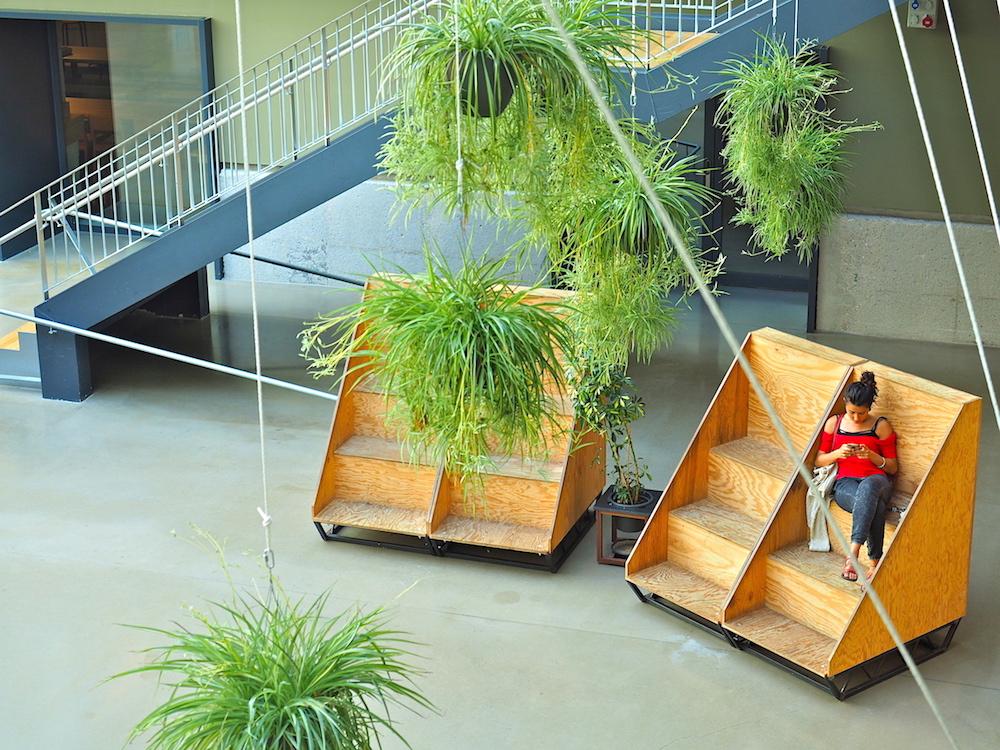 Rückzugsorte.. Überall im Gebäude, selbst in der stark besuchten Eingangszone, gibt es Möglichkeiten, für sich zu sein.