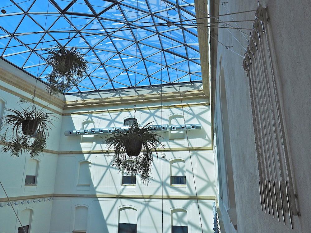 Weltmeister der Überdachung.. 600 Quadratmeter hat die Firma Lanik mit ihrem Glasdach im Innenhof überspannt, weltweit sind es zweieinhalb Millionen in vierzig Ländern. Ihren Hauptsitz hat sie nur hundert Meter von der Tabakalera entfernt.