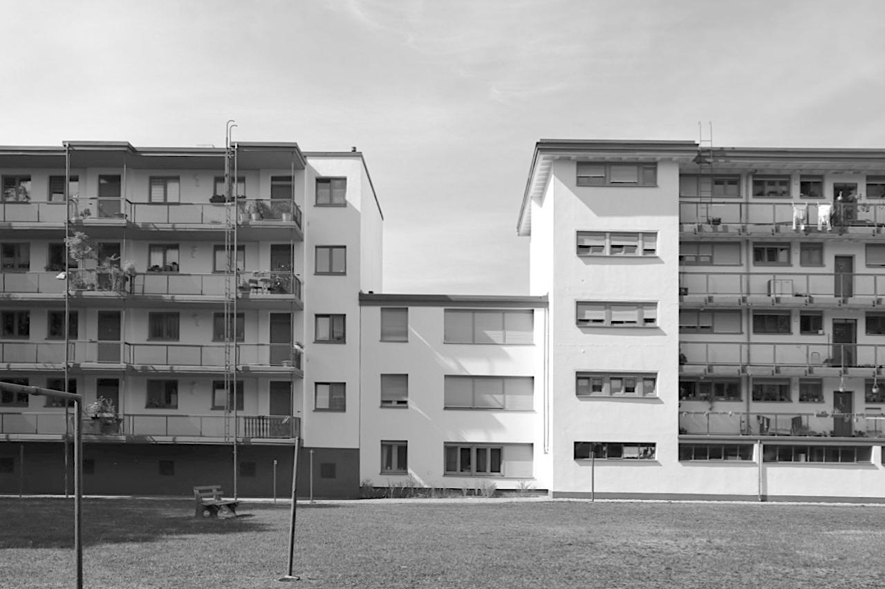 Dammerstock-Siedlung. Das Laubenganghaus von Gropius (links) lieferte die Vorlage für das erst später entstandene Mehrfamilienhaus rechts daneben.