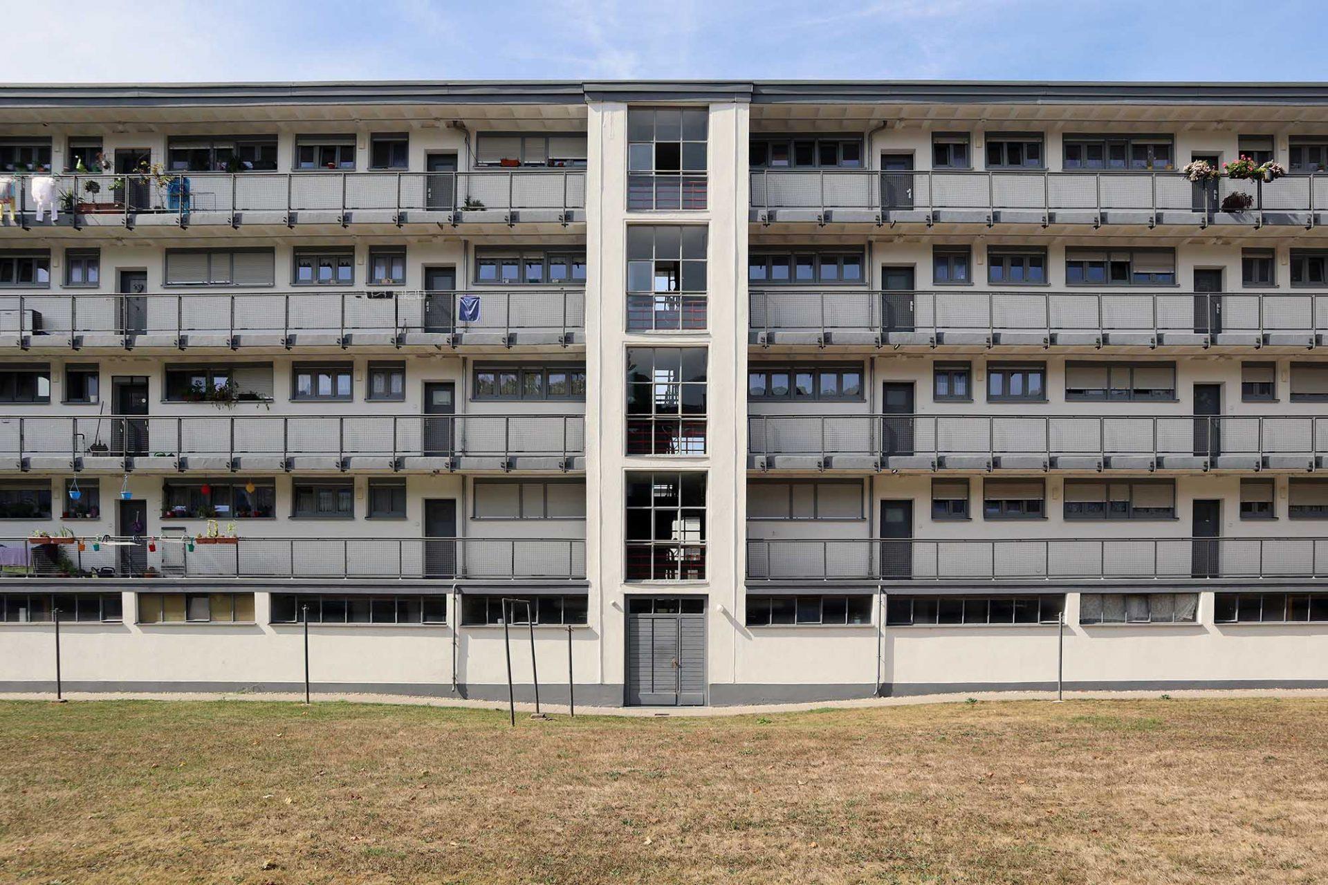 """Dammerstock-Siedlung. Ab 1949 wurde wieder """"Neu gebaut"""". Die Zeilenbauten mit Laubengang von Willie Van den Kerkhoff sind dabei besonders gelungen."""