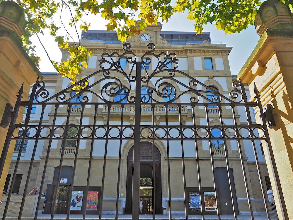 Alte Pracht.. Der Mitteltrakt an der Plaza de las Cigarreras im Osten, gegenüber dem großen Park Cristina Enea und dem hügeligen Viertel Egia, erinnert am stärksten an frühere Zeiten.