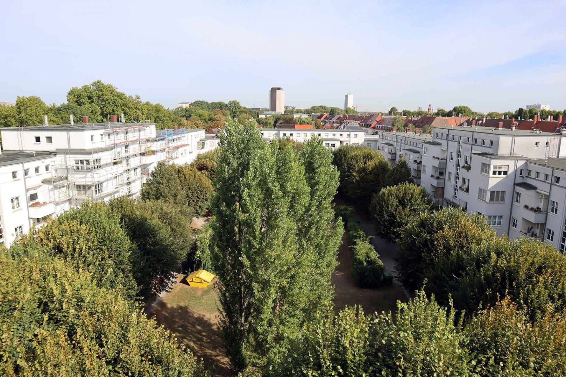 Alker-Block. ... des gemeinschaftlich genutzten Innenhofs und der angrenzenden Wohnungen.
