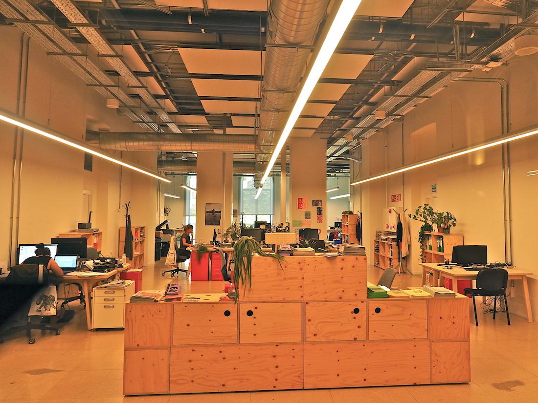 Digitale Studios.. Hauptbetreiber des Centro Internacional de Cultura Contemporánea sind die Stiftung Kutxa Kultur, das Basque Film Archive, das International Film Festival, die EQZE Film School, die Plattform für Audiovisuelle Medien Zineuskadi und das Institut für die Verbreitung der baskischen Sprache und Kultur Etxepare. Aber auch digitale Freelancer können sich in Räume einmieten, die mit allem Equipment ausgestattet sind.