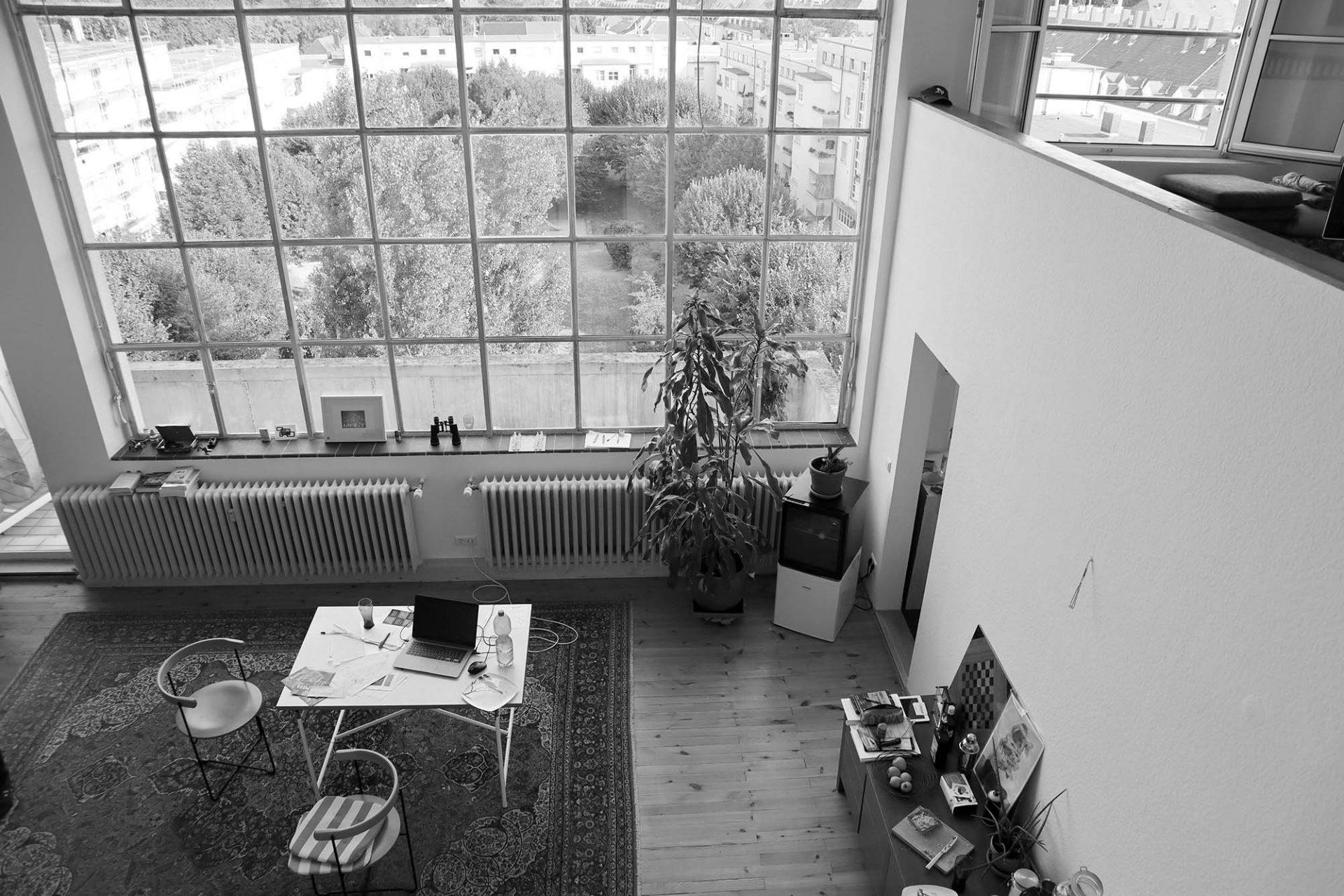Alker-Block. Die beiden Ateliers im Obergeschoss des Flügels entlang der Ebertstraße bezogen zunächst der mit Alker befreundete Kunstmaler Braun und der Grafiker Hermann Kupferschmid. Nach dem Zweiten Weltkrieg richtete sich Egon Eiermann in den zusammengelegten Ateliers sein Architekturbüro ein.