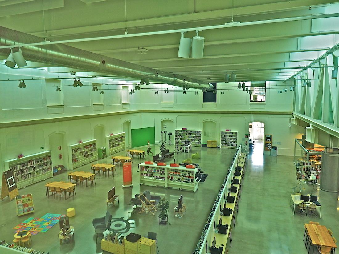 Mediales Wunderland.. Ubik nennt sich die Creation Library der Tabakalera. Ein Ort zum Betrachten und Ausleihen moderner Medien, aber auch für die eigene Produktion. Wer Mitglied wird, kann sich praktisches Wissen aneignen, vom Desktop Publishing bis zum 3D-Druck, und die neuesten Werkzeuge nutzen.