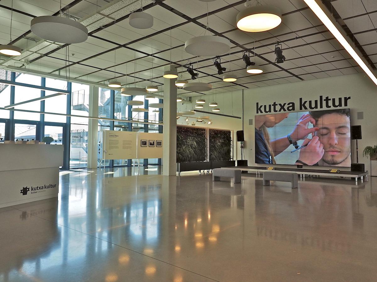 Kulturelles Ökosystem.. Im neu aufgesetzten vierten Stock zeigt die Fundación Kutxa, die Stiftung der Sparkassen, Ergebnisse ihrer weit gefächerten Förderarbeit. Sie umfasst an die zweihundert Kurse für Einsteiger, von künstlerischen Techniken über kulinarische Künste bis zur Kunst der Körperbeherrschung. Aber sie unterstützt auch junge Profis in Mode und Musik.