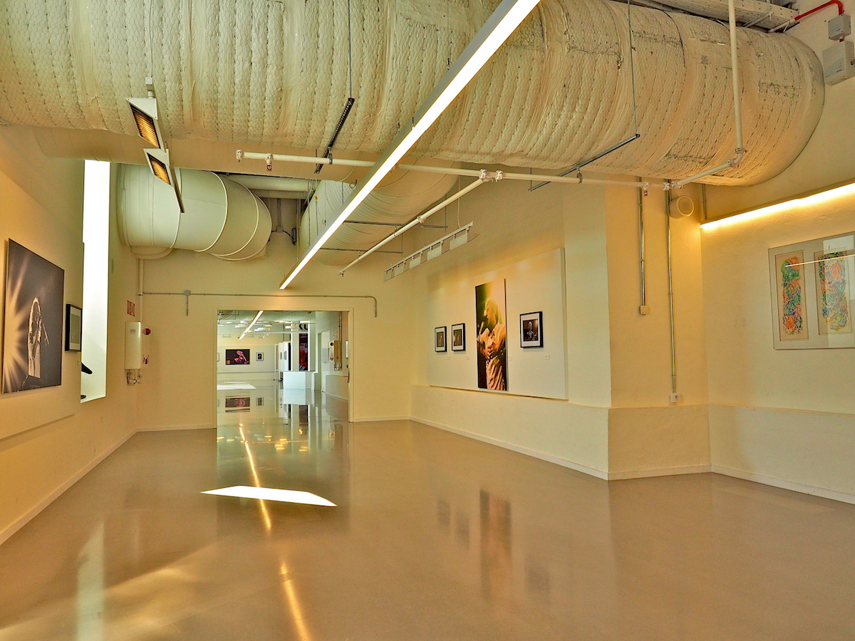 Kunst und Technik.. Die mächtigen Rohre für die Belüftung der Kulturfabrik verlaufen auf der Ausstellungsetage der Kutxa teils frei unter der Decke.