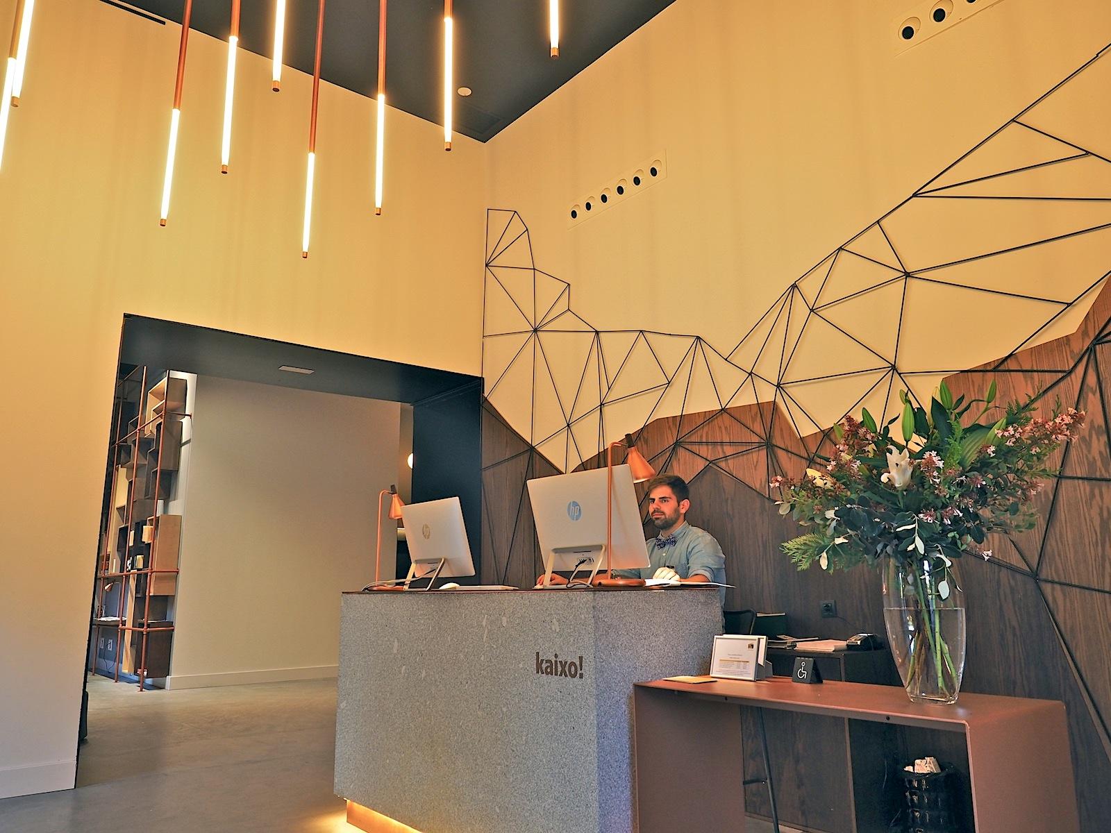 Gastlichkeit.. Kaixo! Mit einem lockeren Hallo! auf Baskisch begrüßt das Hotel One Shot seine Gäste im Ostflügel der Tabakalera. Für die Einrichtung gesorgt hat das Atelier Altaro Manrique aus Donostia / San Sebastián.