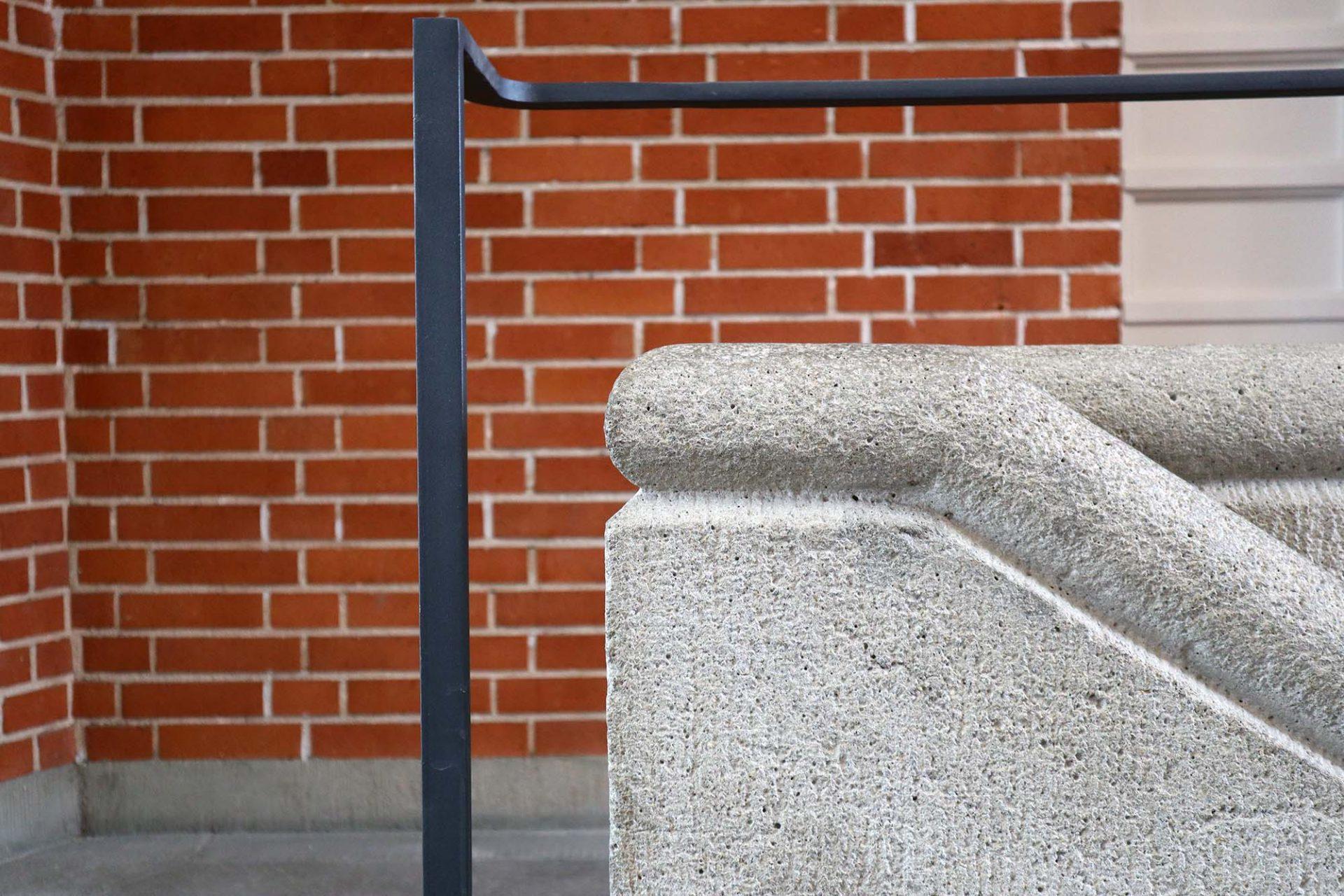 Hochschulstadion. Während der Betonsockel eine besondere Oberflächenbehandlung erhielt, ließ Alker im Innenraum den Kunststein von Steinmetzen bearbeiten.