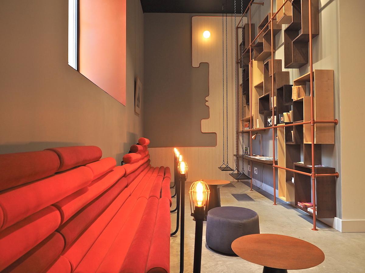 Lobby für Leser.. Die fabelhafte Deckenhöhe der alten Fabriketagen blieb im Empfang und den zweiundvierzig Zimmern erhalten.