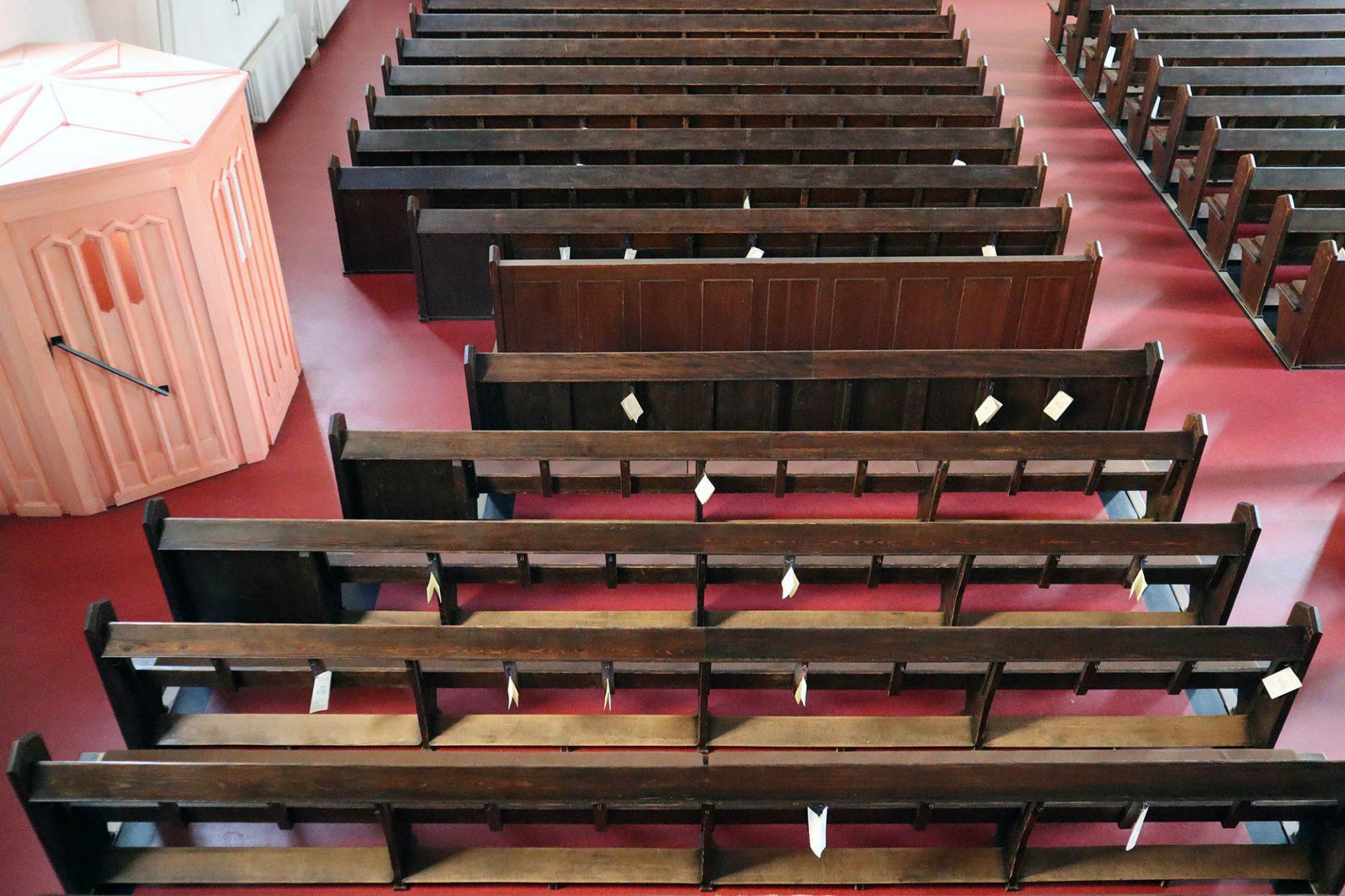 St. Matthäuskirche. Der ursprünglich dunkelrot eingefärbte Steinholzestrich mit schwarzem Fries ist nicht mehr im Original erhalten.