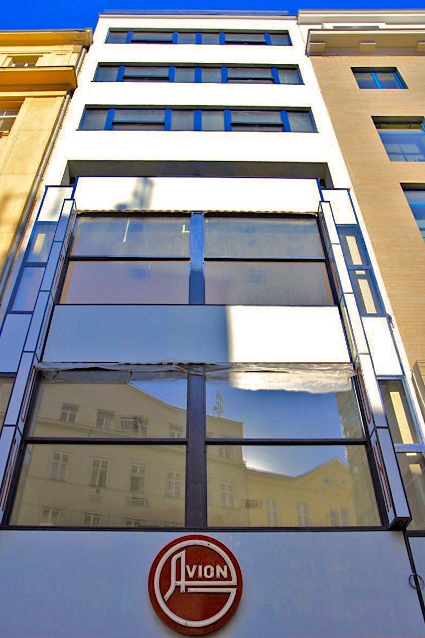 Hotel Avion. Entwurf: Bohuslav Fuchs, Fertigstellung: 1927. Eines der schmalsten Hotels Europas. Seit 2017 wird das Hotel rekonstruiert.
