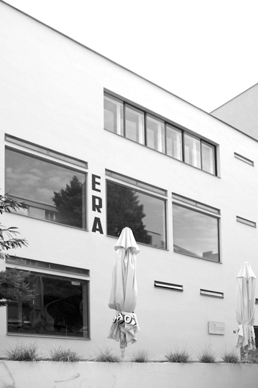 Café Era. Entwurf: Josef Kranz, Fertigstellung: 1929. Die Funktionen im Haus sollten auch an der Fassade ablesbar sein. Das Lokal ist nur wenige Gehminuten von der Villa Tugendhat entfernt.