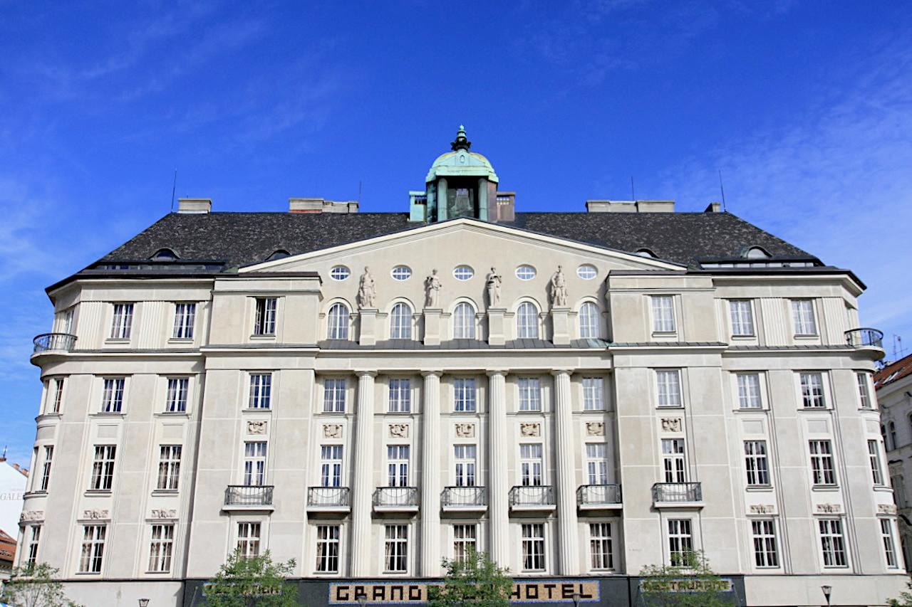 Hotel Grandezza. Entwurf: Vladimir Fischer, Fertigstellung: 1915. Fischer (1870–1947) wirkte viele Jahre in Brünn, wo er auch als Dekan und Rektor an der Technischen Hochschule arbeitete.