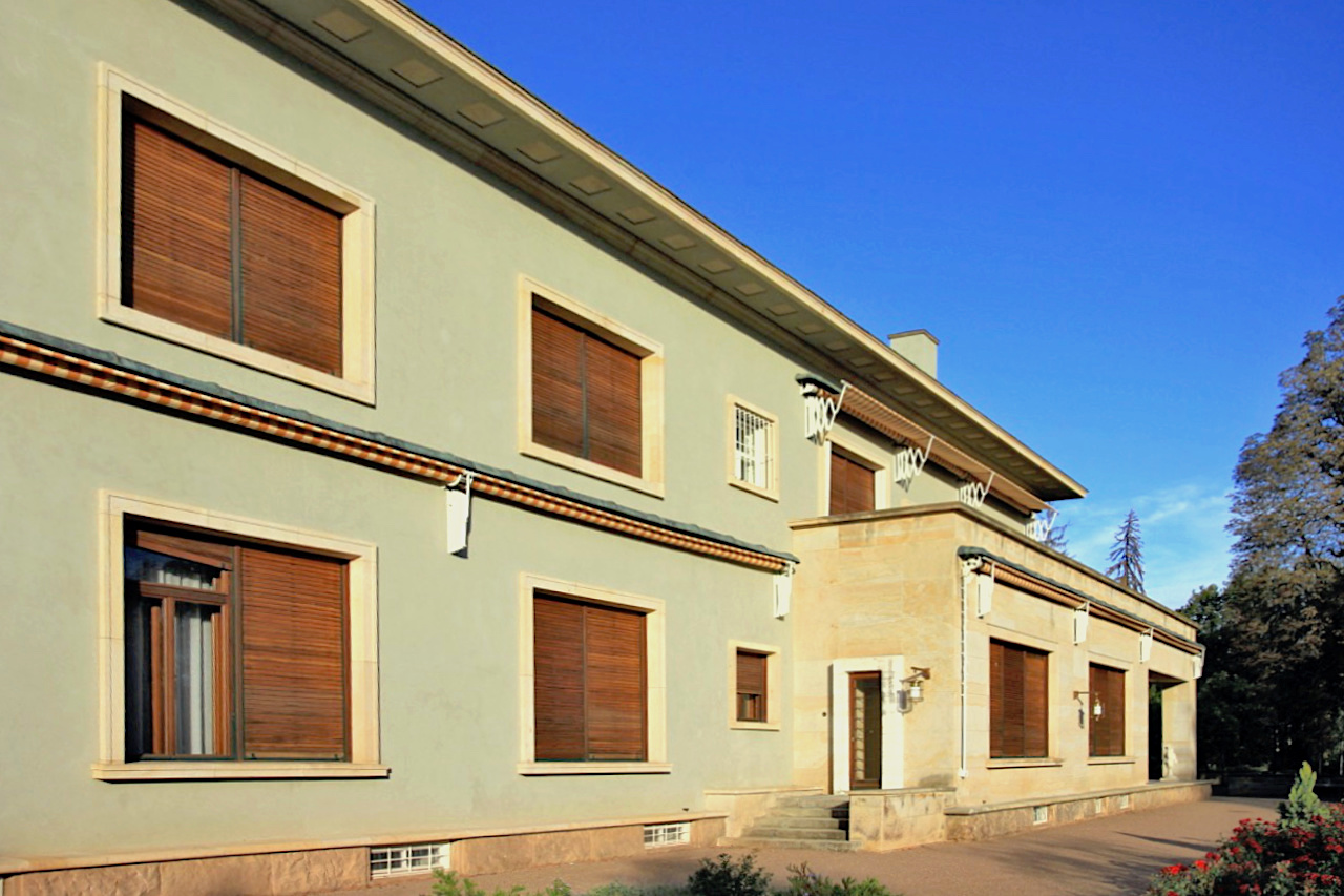 Villa Stiassni. Das Haus des jüdischen Textilunternehmers Alfred Stiassni stellt einen der bedeutendsten Wohnbauten der Zeit zwischen dem Ersten und Zweiten Weltkrieg dar.