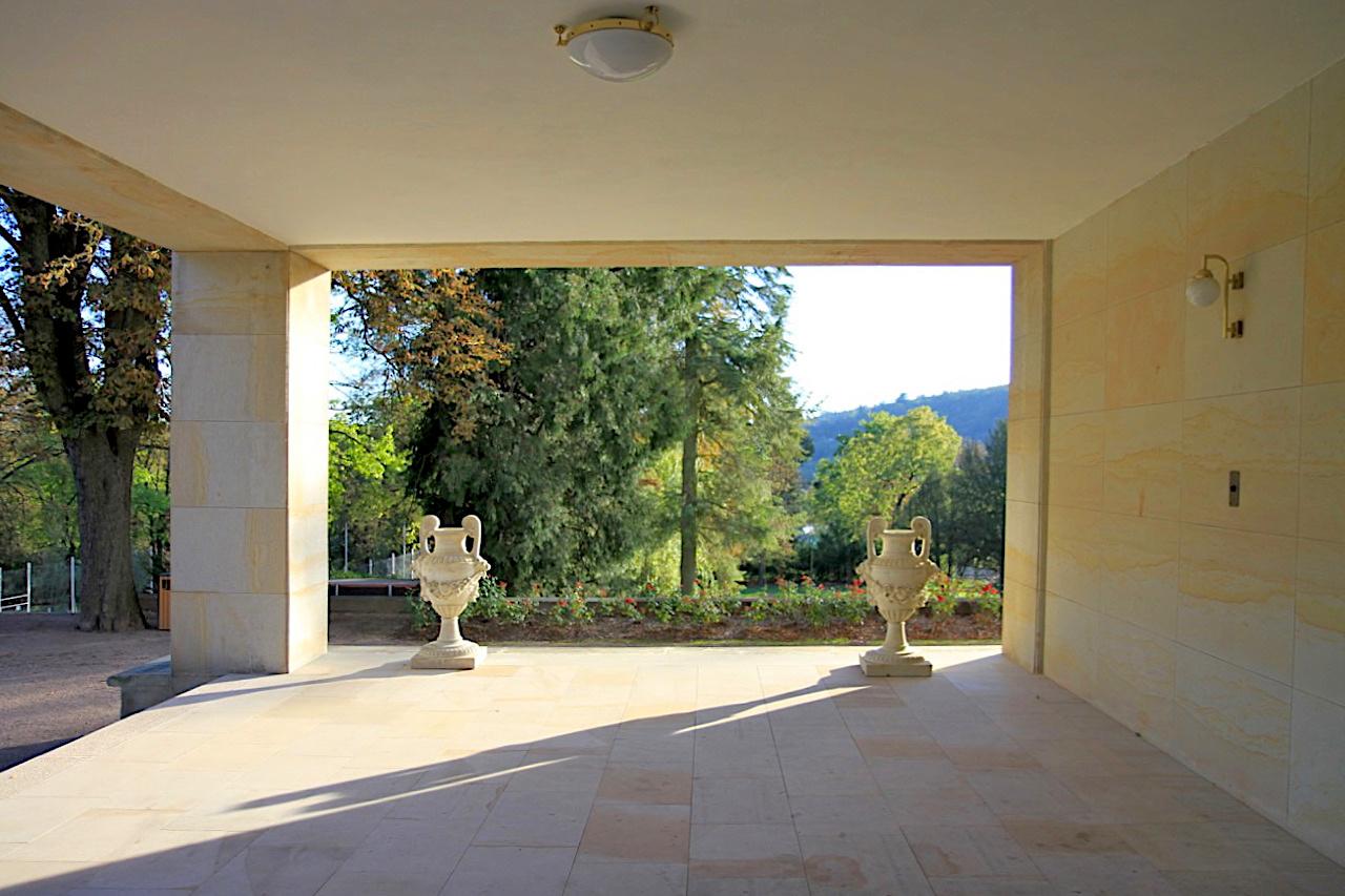 Villa Stiassni. Die Verbindung aus Loggia und der Wohnterrasse an der Süd- und Ostfassade des Haues mit Blick auf den drei Hektar großen Garten.