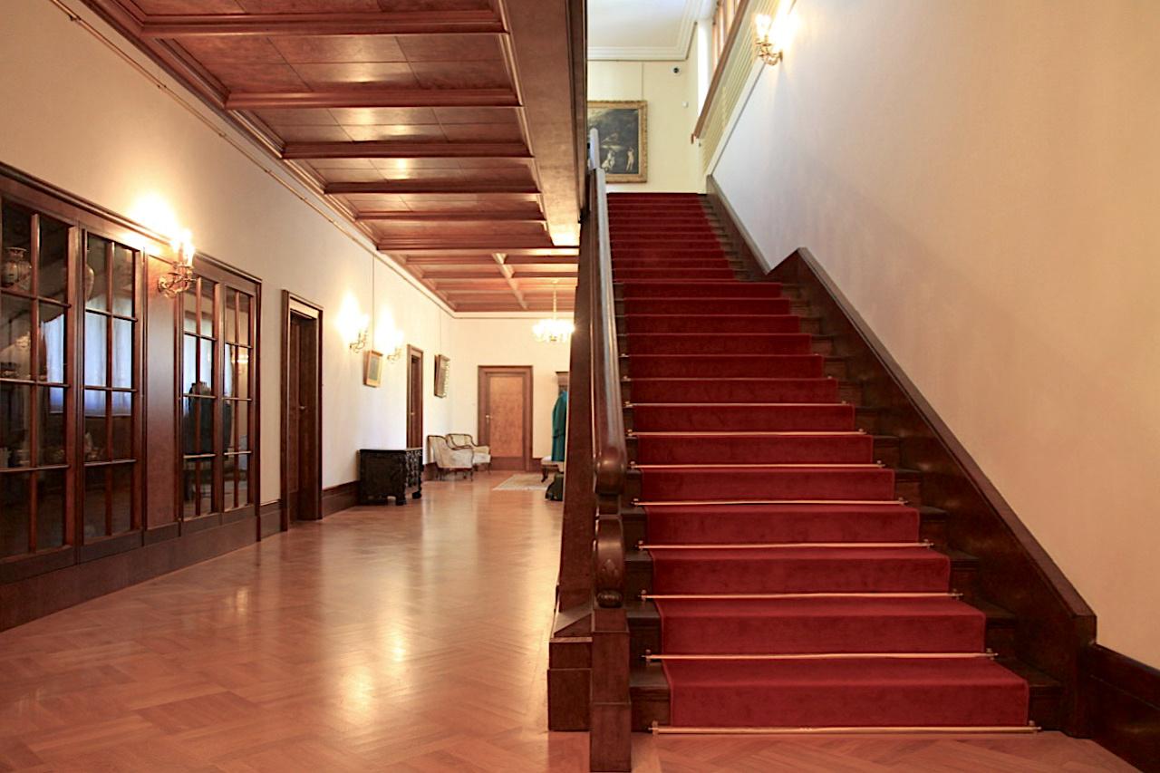 Villa Stiassni. Bei der linear-ornamentfreien Außengestaltung setzten sich Alfred Stiassni und der Brünner Architekt Wiesner durch. Für die Innengestaltung jedoch wollte Hermine Stiassni Üppigkeit, Zierde und höfische Erlesenheit. Bekam sie auch.