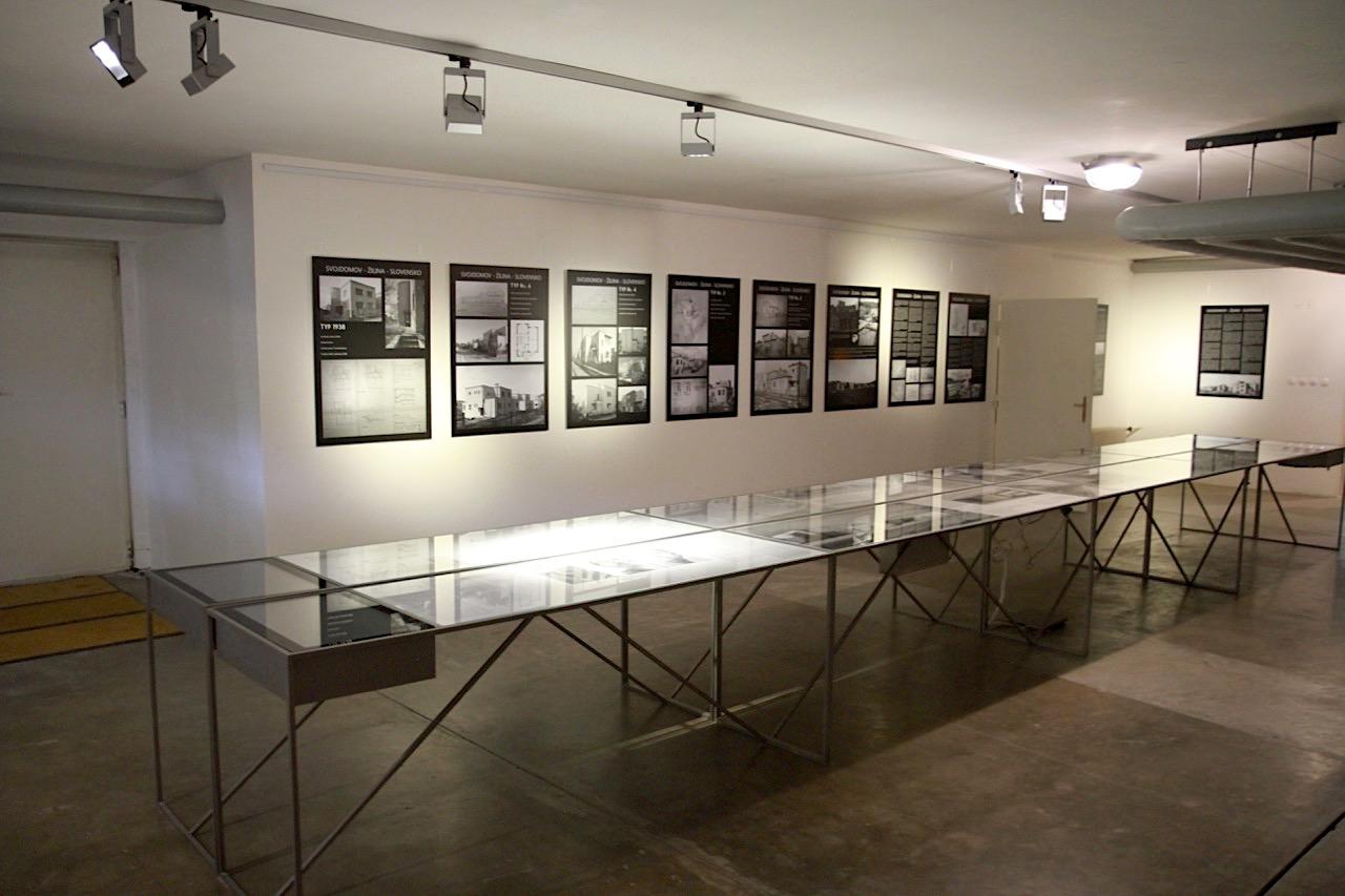 Villa Tugendhat. Ein Teil des Kellers wurde zu einem Ausstellungsraum mit kleinem Museumsshop umgebaut. Die Dauerausstellung zeigt Pläne, Skizzen, Fotografien der Architekten und Planer sowie weitere Informationen über die Tugendhats bis 1938. Die Dauerausstellung kann übrigens auch ohne Führung besucht werden.