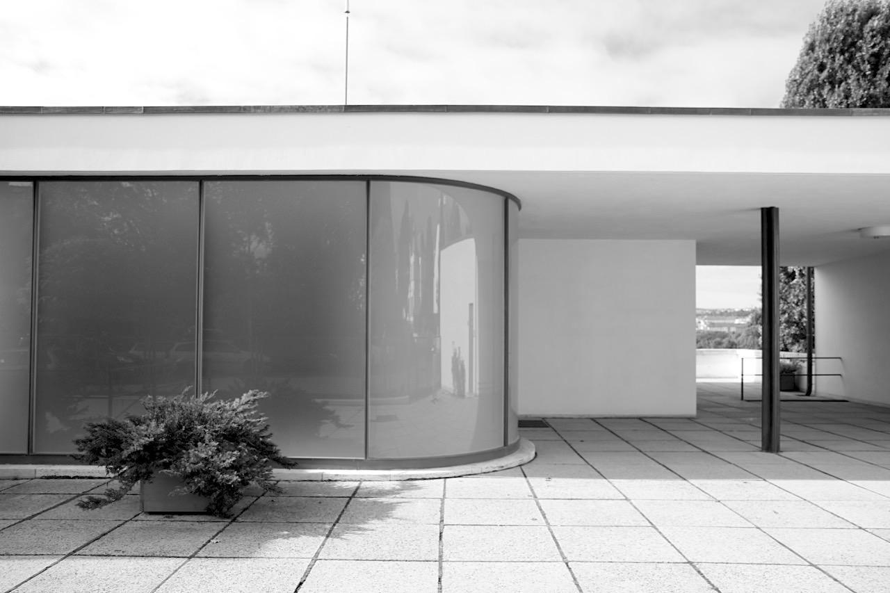 Villa Tugendhat. Der Entwurf von Mies und Lilly Reich entstand in Zusammenarbeit mit dem Architekten Sergius Ruegenberg (1903–1996), der auch mit Hans Scharoun, Bruno Paul und Karl Schneider gearbeitet hat. Der Eingang an der Straße führt in die dritte Etage des Hauses.