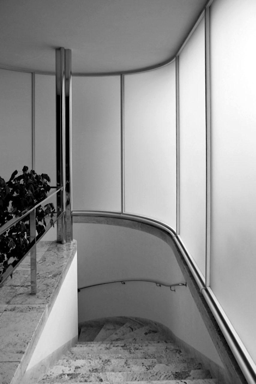 Villa Tugendhat. Der Eingangsbereich mit der gebogenen Milchglaswand, außen glatt, innen geätzt.