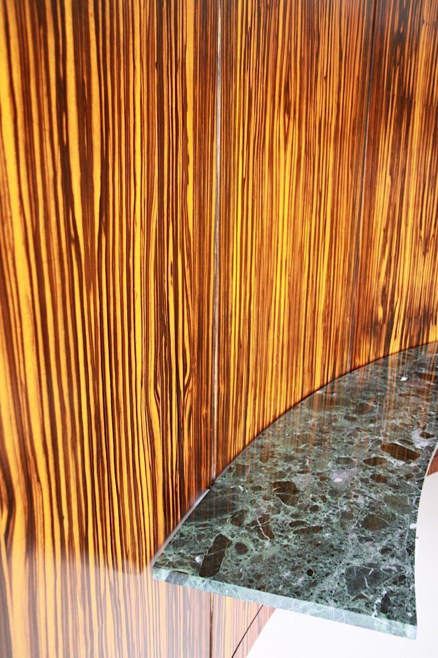 Villa Tugendhat. Die halbrunde Wand aus Makassar-Ebenholz im Wohnbereich. Der Kunsthistoriker Miroslav Ambroz fand einen Teil der originalen Wand durch Zufall.