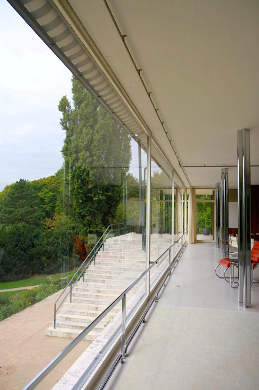 Villa Tugendhat. Mehr Glaswand denn Fenster: die Scheiben können vollständig in den Boden versenkt werden. Neben der Architektur spielt der Einbau der damals neuesten Technik eine wichtige Rolle im Haus.