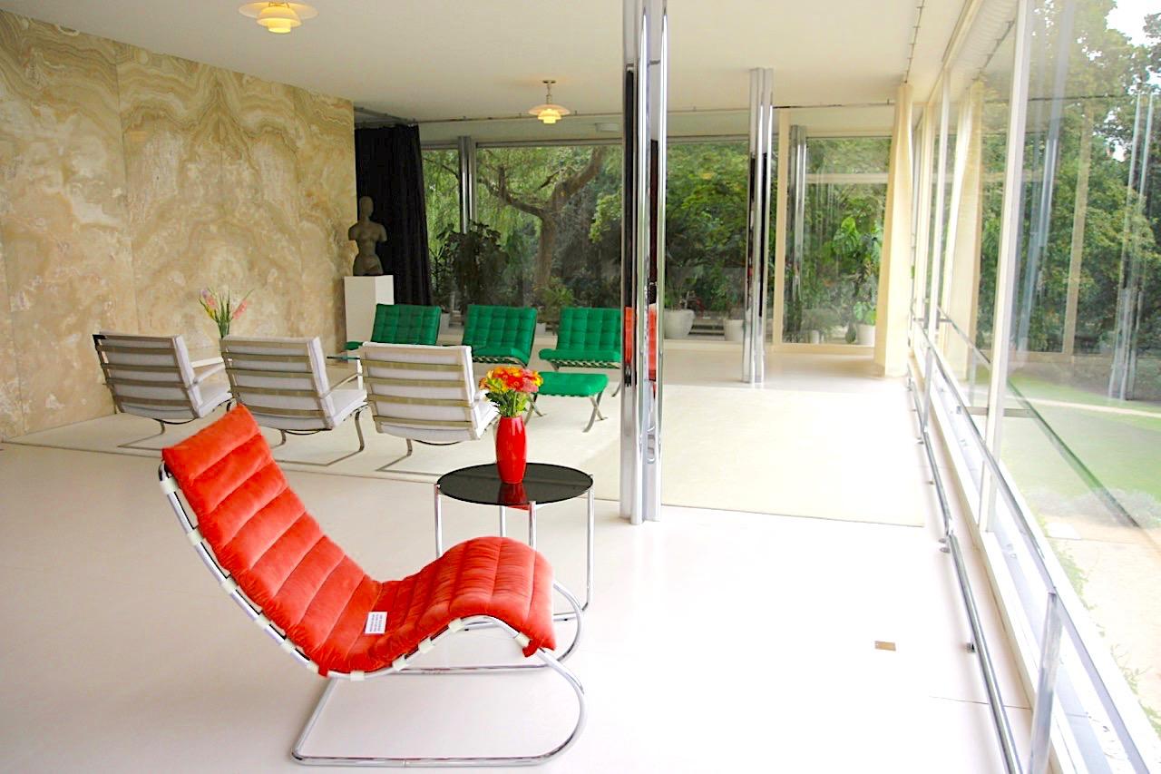 Villa Tugendhat. Der Hauptwohnraum des Hauses mit 237 qm Größe ist die Beletage. Links: die Onyxwand, im Vordergrund eine Chaiselongue aus rubinrotem Samt (MR 100).