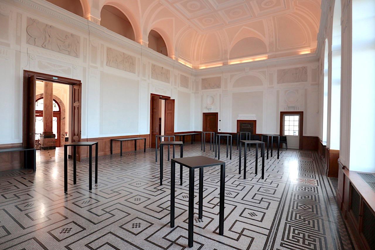 Schiller-Nationalmuseum. Fußbodenmosaik, Reliefs zu Schillers Balladen und die Kassettendecke im Schillersaal.