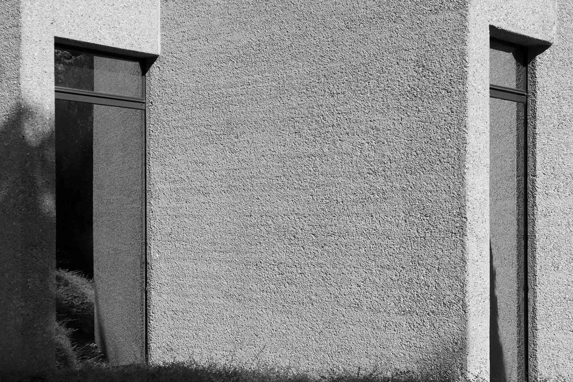 Deutsches Literaturarchiv. Die Oberfläche wurde mit dem Stockhammer bearbeitet. Durch das Abschlagen der Zementhaut erhielt der Beton eine Art Werkstein-Charakter.