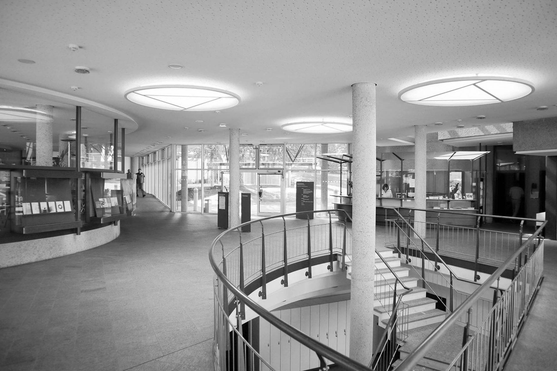 Deutsches Literaturarchiv. Das Foyer gibt einen Eindruck vom inneren Aufbau mit Split-Level-Galerien, die den zentralen Lesesaal ringförmig umfassen.