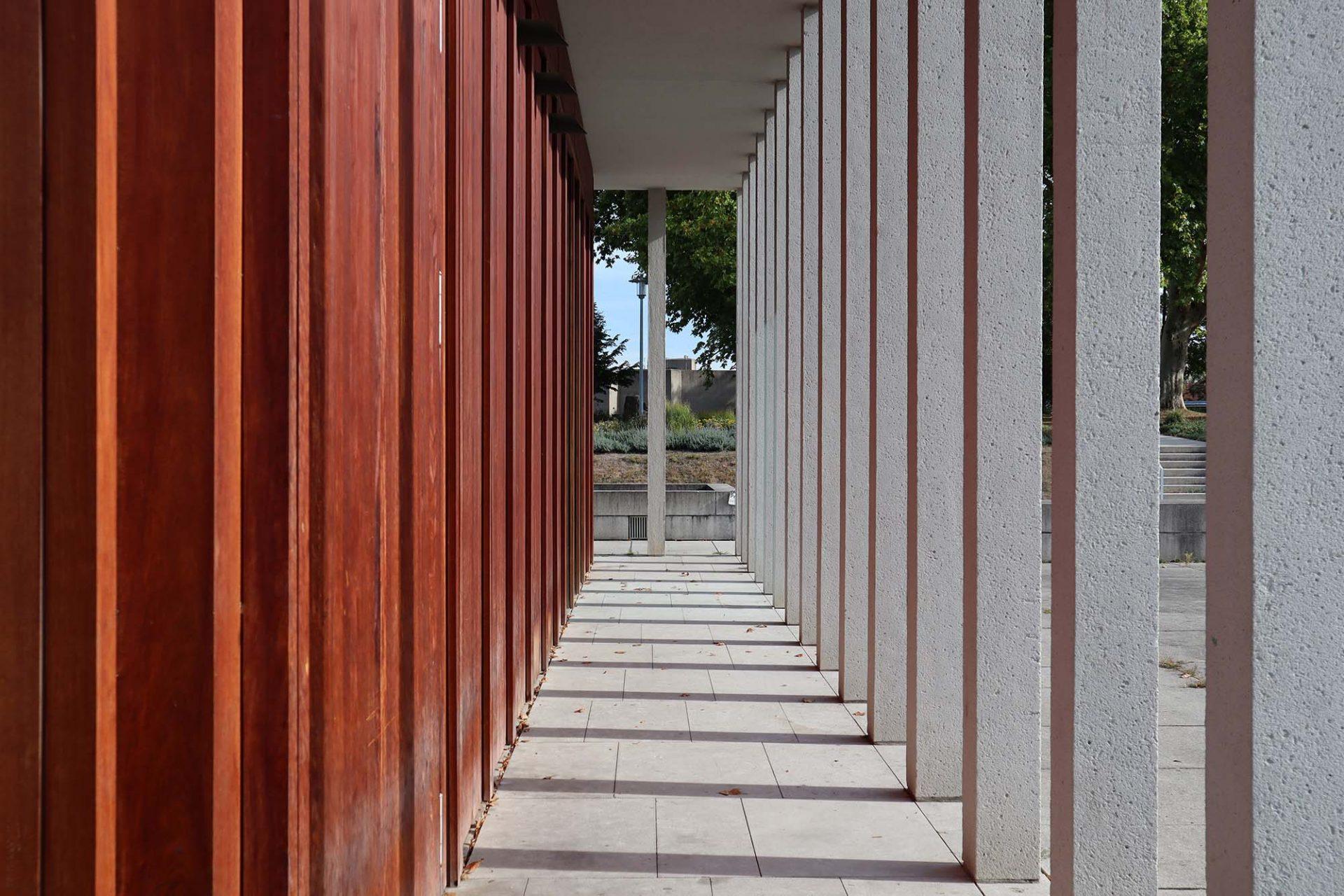 Literaturmuseum der Moderne. Arkadenpfeiler und die holzverkleidete Fassade