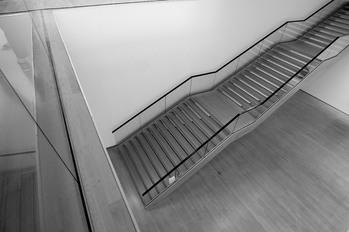 Kunstmuseum. Treppe im hinteren Ausstellungsbereich.