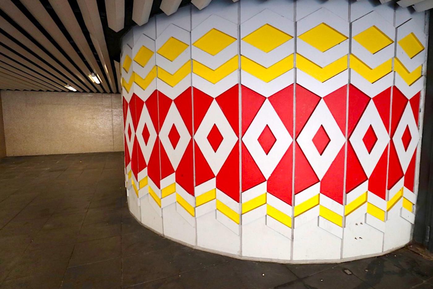 Charlottenplatz. Die Haltestelle der Stadtbahn war die erste unterirdische Haltestelle der Stadt und wurde 1968 fertiggestellt.
